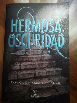 """""""Hermosa Oscuridad"""" de Kami Garcia y Margaret Stohl"""