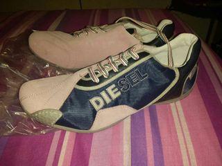 Zapatillas diesel azul y rosas.