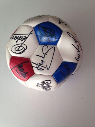 Balon firmado por jugadores del Barça