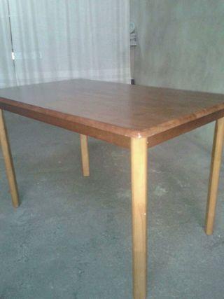 Mesa de pino y 2 sillas