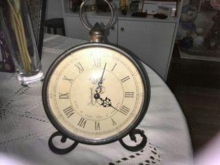 Reloj metal negro,en números romanos,