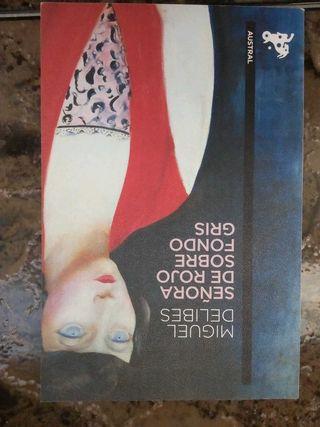 libro señora de rojo sobre fondo gris