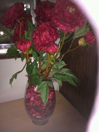 Jarrón de cristal con flores peonía