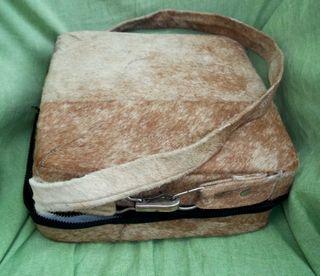 Curioso maletín para analíticas de piel de venado