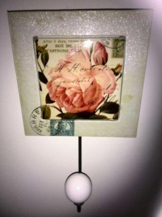 Percha de cerámica sobre madera,flor rosa