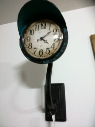 Reloj de metal vintage azulón de pared .