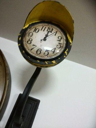 Reloj amarillo en metal ,tipo farola de pared