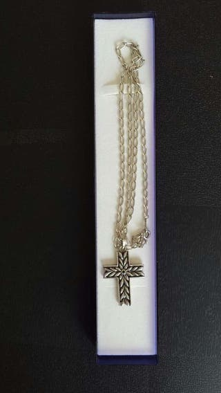 Colgante de cruz y cadena de plata