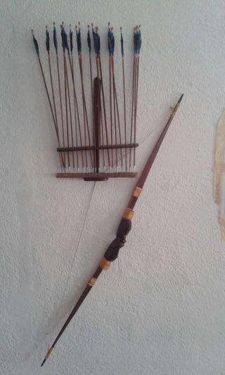 Arco y flechas; decoración africano; madera; nuevo