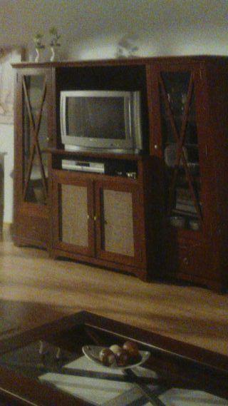 Mueble de madera en color nogal.