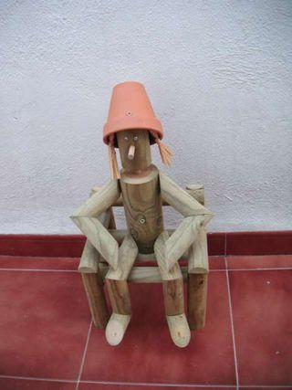 Macetero muñeco de madera.