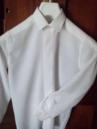 Camisa de raso beige con bordado