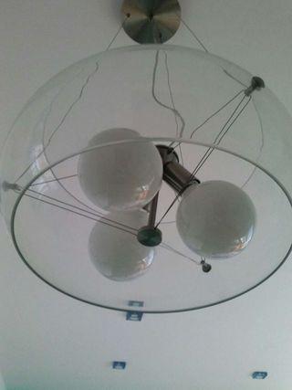 Lámpara de cristal transparente.