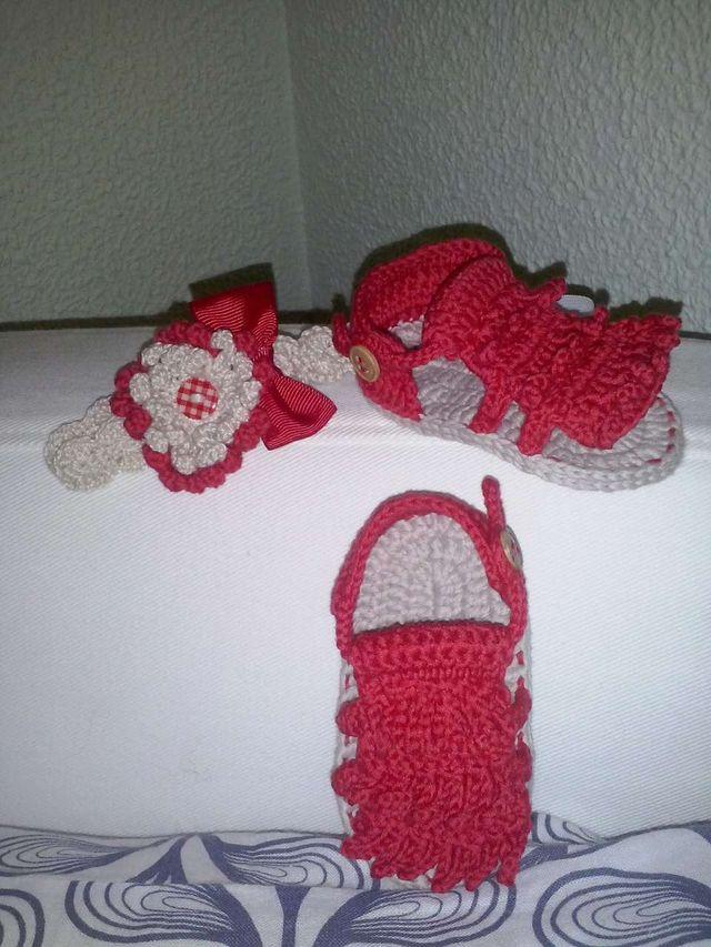 4090ac22e Sandalias bebe con diadema a juego de crochet de segunda mano por 12 ...
