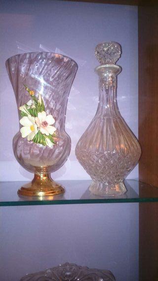 Lote jarrón y botella tallada de cristal. Preciosos