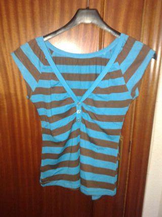 Camiseta azul y marron