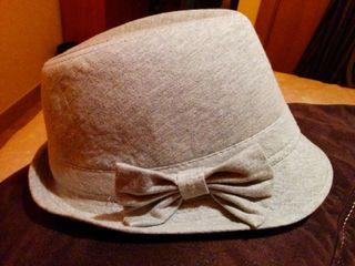 Sombrero gris de ala corta
