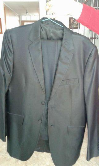 Traje negro de Protocolo talla 52 chaqueta 46 pantalon. Regaló chaleco y corbatin. PRECIO 140 EUROS