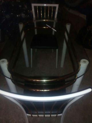 mesa de cristal con dos sillas