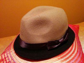 Sombrero de ala corta en color camel y chocolate