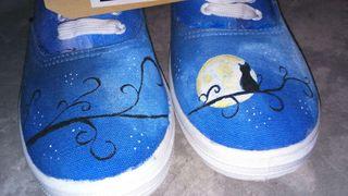 Zapatillas pintadas a mano.
