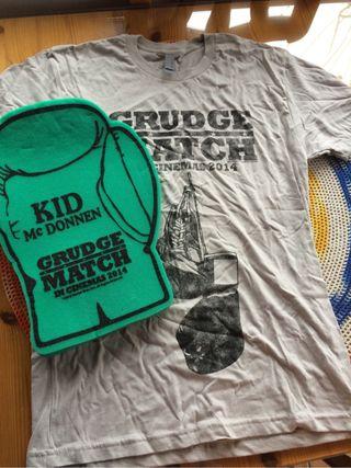 Camiseta (Talla S) y guante gigante de goma espuma de La Gran Revancha