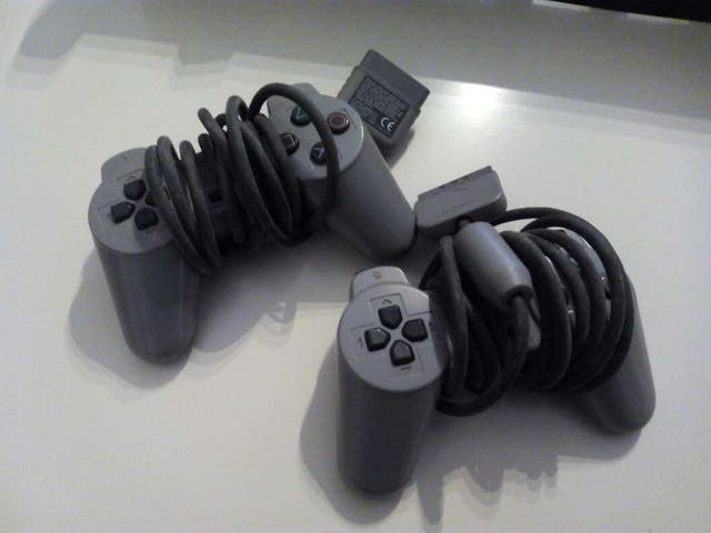 Dos mandos de Playstation 1
