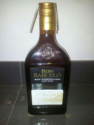 Una botella de ron barceló