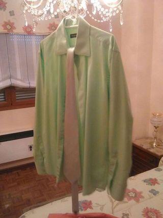 Camisa y corbata verdes