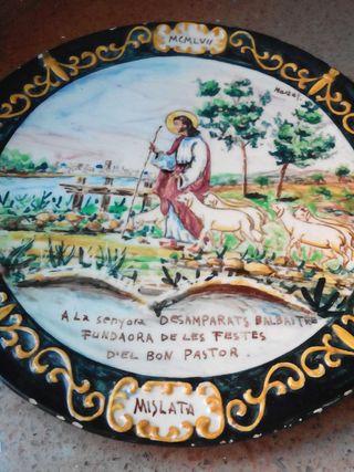 Plato de cerámica del año 1957.