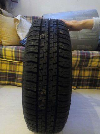 Neumático nuevo Pirelli con llanta nueva