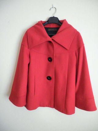 Chaquetón rojo de paño de Zara.
