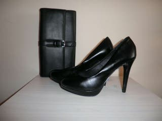 Zapatos de tacón negros.