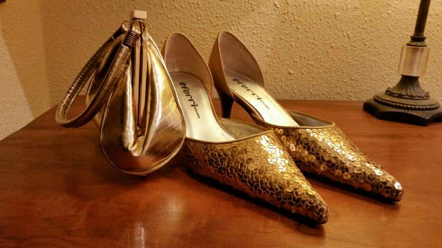 edd445fa190 Zapato de fiesta dorado con cartera de regalo de segunda mano por 20 ...