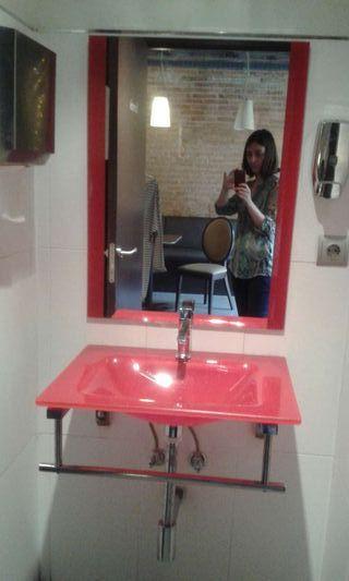 Pica baño y espejo de diseño con cristal rojo
