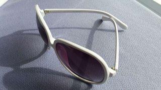 Gafas de sol blancas.