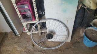 Llantas y muchad piezas de bici, pregunta sin compromiso.
