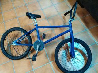 Bicicleta BMX.