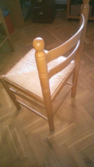 Dos sillas de cocina de madera