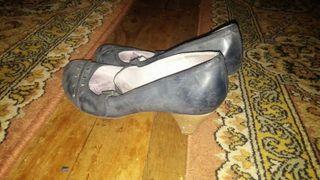 Zapatos grises con tachuelas