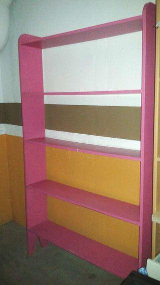 Estantería de madera en rosa