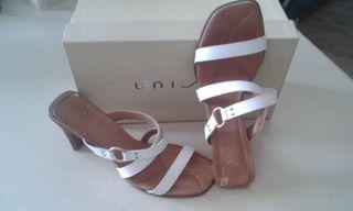 Zapatos piel blanca.