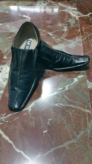 Zapatos negros.