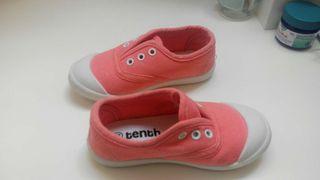 Dos pares de zapatos de niña
