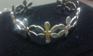 Pulsera tipo brazalete de acero y toques de oro