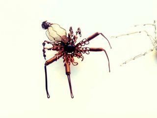 Arañas en metal y piedra