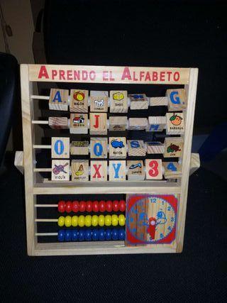 Juego de madera alfabeto y ábaco.