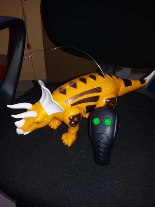 Triceratops con mando control remoto.
