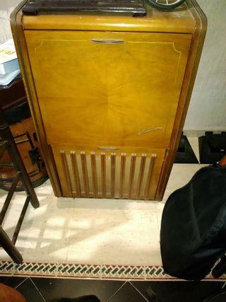 Oferta Mueble antiguo Suizo con radio antigua.