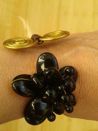 Brazalete negro, dorado y marrón
